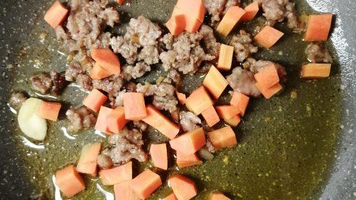 salsicce e zucca in cottura con odori
